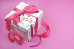 Caixa de presente cor-de-rosa e branca bonita atual no fundo cor-de-rosa Imagens de Stock Royalty Free