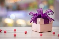 Caixa de presente cor-de-rosa com fundo de Bokeh fotografia de stock