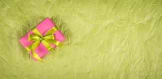 Caixa de presente cor-de-rosa em um fundo de papel Presentes e papel de envolvimento Imagem de Stock Royalty Free