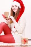 Caixa de presente da abertura da mulher Tempo do Natal Fotografia de Stock