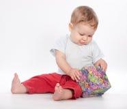 Caixa de presente da abertura do bebé no branco Fotos de Stock
