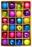 Caixa de presente da arte com as esferas coloridas brilhantes do Natal Imagem de Stock