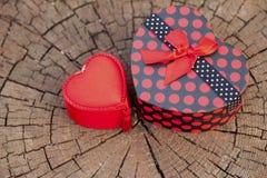 Caixa de presente da forma do coração no tronco de árvore Fotografia de Stock Royalty Free
