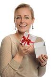 Caixa de presente da terra arrendada da mulher com fita Imagens de Stock Royalty Free