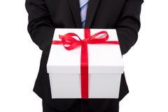Caixa de presente da terra arrendada do homem de negócios Imagem de Stock