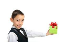 Caixa de presente da terra arrendada do menino com a curva isolada no branco imagem de stock royalty free