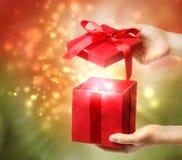 Caixa de presente de época natalícia vermelha Fotografia de Stock Royalty Free