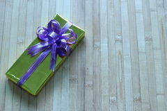 Caixa de presente de fitas multi-coloridas arranjadas belamente Fotos de Stock Royalty Free