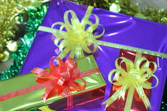 Caixa de presente de fitas multi-coloridas arranjadas belamente Foto de Stock Royalty Free