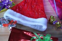Caixa de presente de fitas multi-coloridas arranjadas belamente Fotografia de Stock