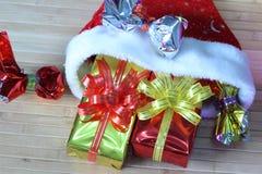 Caixa de presente de fitas multi-coloridas arranjadas belamente Imagem de Stock