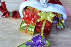 Caixa de presente de fitas multi-coloridas arranjadas belamente Imagem de Stock Royalty Free