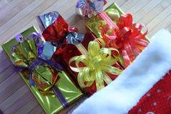 Caixa de presente de fitas multi-coloridas arranjadas belamente Fotografia de Stock Royalty Free