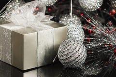 Caixa de presente de época natalícia Fotos de Stock Royalty Free