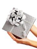 Caixa de presente de prata com mãos Fotos de Stock Royalty Free