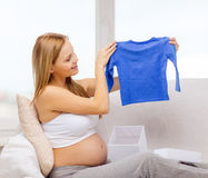 Caixa de presente de sorriso da abertura da mulher gravida Foto de Stock Royalty Free