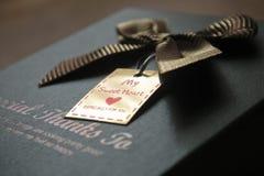 Caixa de presente decorada com uma curva Fotos de Stock Royalty Free