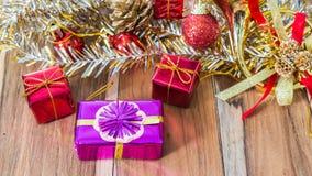 Caixa de presente decorada pelo Natal e o ano novo Foto de Stock