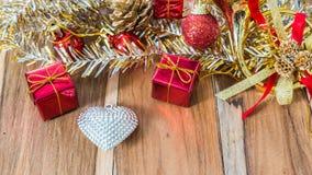 Caixa de presente decorada pelo Natal e o ano novo Imagens de Stock Royalty Free