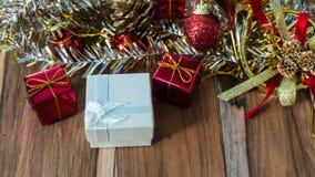 Caixa de presente decorada pelo Natal e o ano novo no fundo Fotografia de Stock