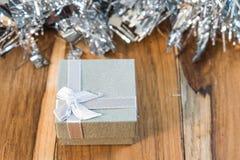 Caixa de presente decorada pelo Natal e o ano novo no fundo Imagens de Stock