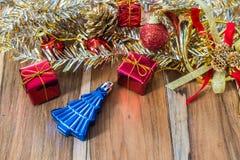 Caixa de presente decorada pelo Natal e o ano novo no fundo Foto de Stock