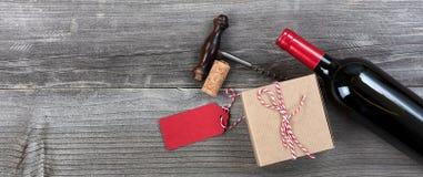 Caixa de presente do dia de pais com uma garrafa do vinho tinto e do abridor para o th Imagens de Stock Royalty Free