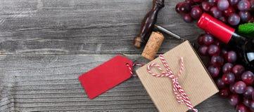 Caixa de presente do dia de pais com uma garrafa do vinho tinto e das uvas para o th Imagens de Stock