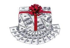 Caixa de presente do dinheiro com fita e a pilha vermelhas de dólares Imagens de Stock Royalty Free
