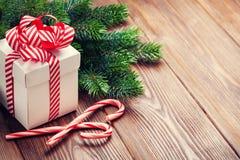 Caixa de presente do Natal, bastão de doces e ramo de árvore do abeto Imagem de Stock Royalty Free