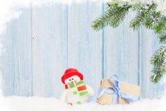 Caixa de presente do Natal, brinquedo do boneco de neve e ramo de árvore do abeto Imagem de Stock