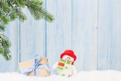 Caixa de presente do Natal, brinquedo do boneco de neve e ramo de árvore do abeto Fotografia de Stock