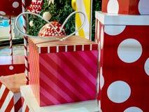 Caixa de presente do Natal colorida Fotos de Stock Royalty Free