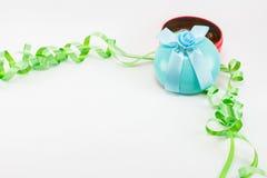 Caixa de presente do Natal com as bolas do plástico da fita e da cor Imagem de Stock Royalty Free