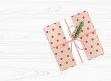 Caixa de presente do Natal com curva vermelha no fundo de madeira branco Vista superior Imagem de Stock Royalty Free