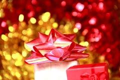 Caixa de presente do Natal com curva vermelha pequena da fita Imagem de Stock