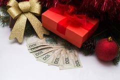 Caixa de presente do Natal com dinheiro polonês de PLN no fundo branco Imagem de Stock Royalty Free