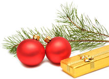 Caixa de presente do Natal com esferas do Natal Fotografia de Stock Royalty Free