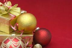 Caixa de presente do Natal com esferas do Natal Foto de Stock