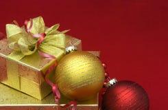 Caixa de presente do Natal com esferas do Natal Imagens de Stock