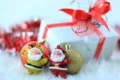 Caixa de presente do Natal com esferas do Natal Imagem de Stock