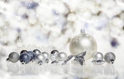 Caixa de presente do Natal com esferas do Natal Fotos de Stock
