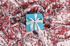 Caixa de presente do Natal contra o fundo do bokeh de turquesa fotografia de stock royalty free