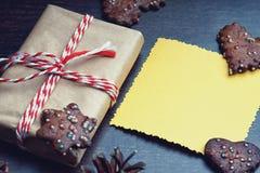 Caixa de presente do Natal e cartão amarelo Imagens de Stock