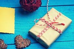 Caixa de presente do Natal e cartão amarelo Imagem de Stock