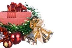 Caixa de presente do Natal e do ano novo feliz com decorações e bola da cor isolada no fundo branco Imagens de Stock