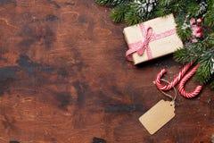 Caixa de presente do Natal e ramo de árvore do abeto foto de stock royalty free