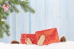 Caixa de presente do Natal e ramo de árvore do abeto na neve Imagens de Stock Royalty Free