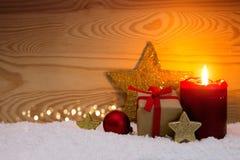Caixa de presente do Natal e vela vermelha do advento Imagens de Stock