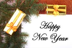 Caixa de presente do Natal em um desktop de madeira com letra para o espaço da cópia Imagens de Stock Royalty Free